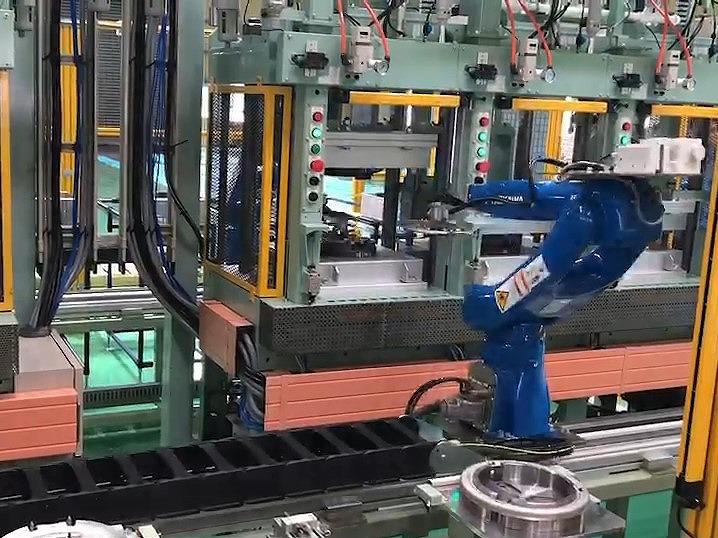 プレス機への部材給排 自動化